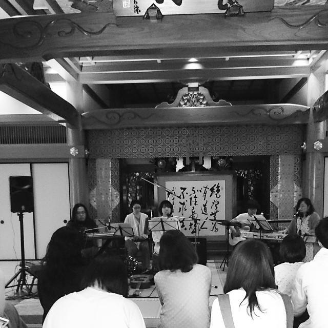 寺でライブ#養源寺 の手創り市と同時開催のライブ境内に染み渡る音楽